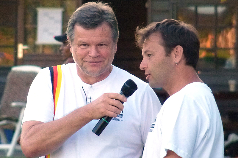 Stadionsprecher Ernst Ossenbrügge beim Interview mit Chris Löwe, dem Co-Trainer der Männer-Nationalmannschaft.